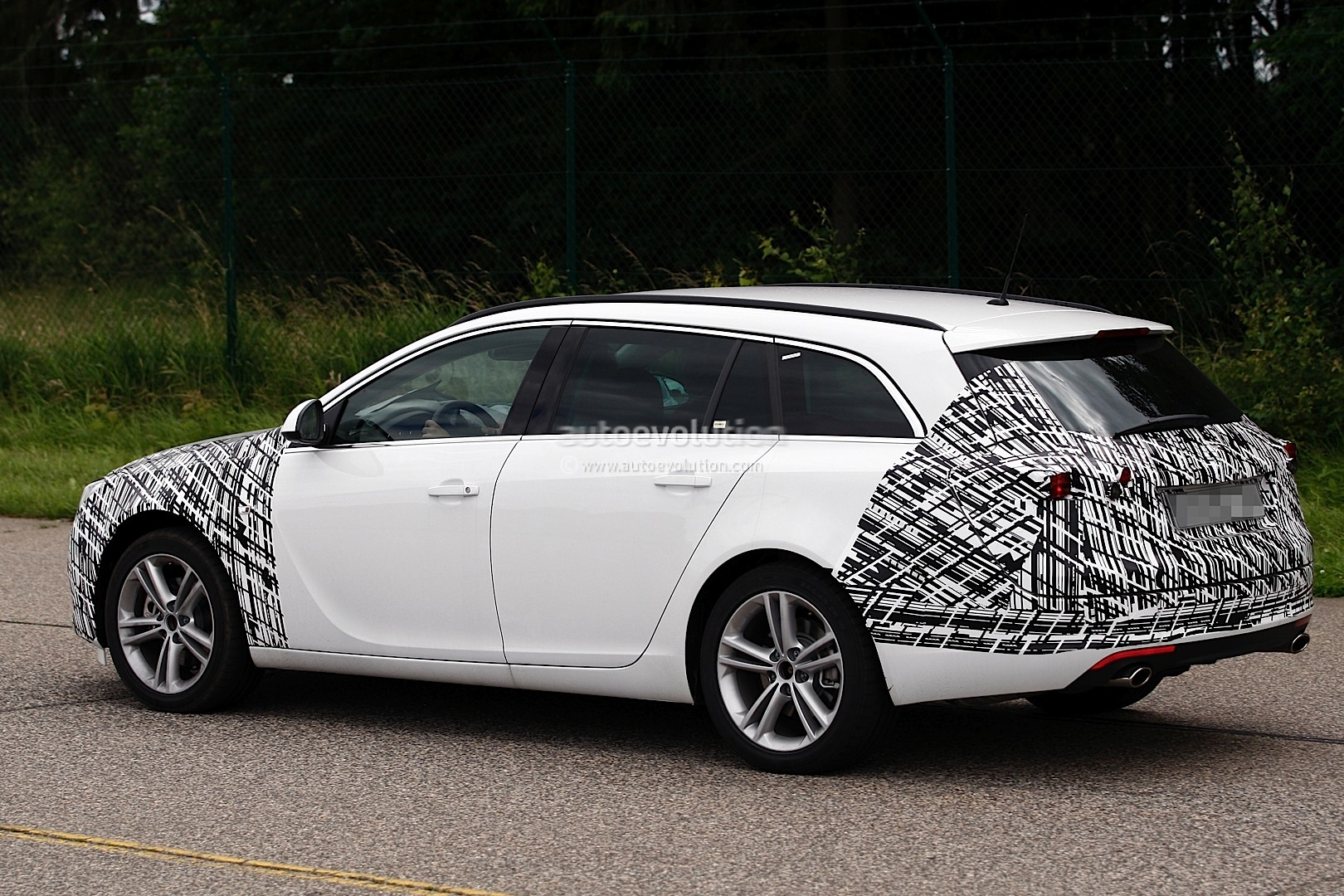 spyshots 2013 opel vauxhall insignia sports tourer. Black Bedroom Furniture Sets. Home Design Ideas
