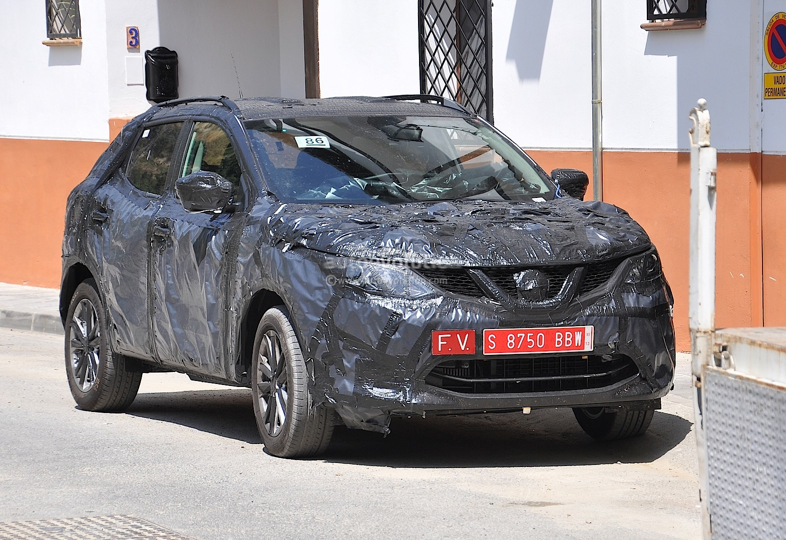 spyshots 2014 nissan qashqai interior partially shown autoevolution. Black Bedroom Furniture Sets. Home Design Ideas
