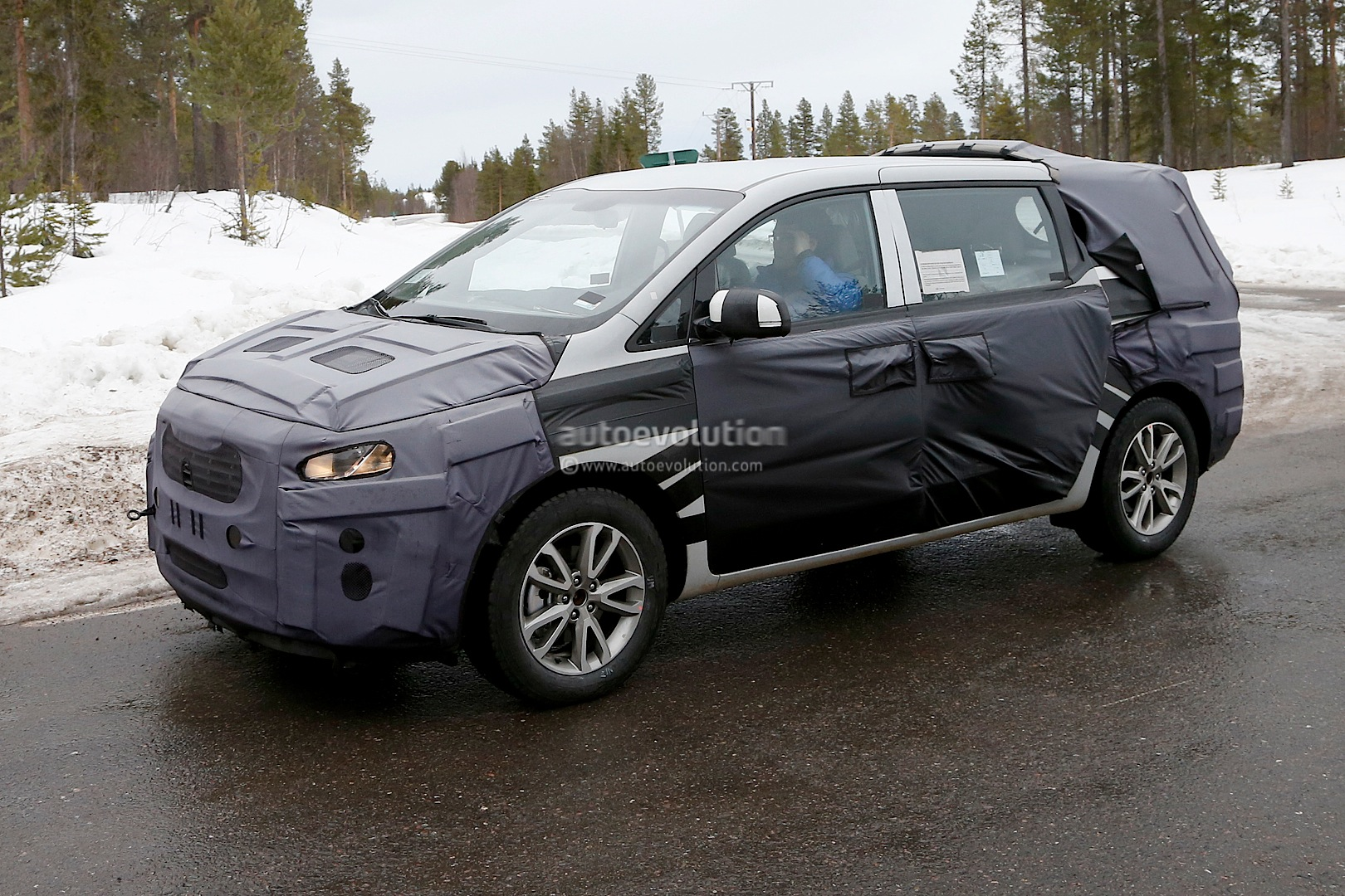 spyshots 2015 kia sedona carnival could debut next month7 photos 2015 kia sedona
