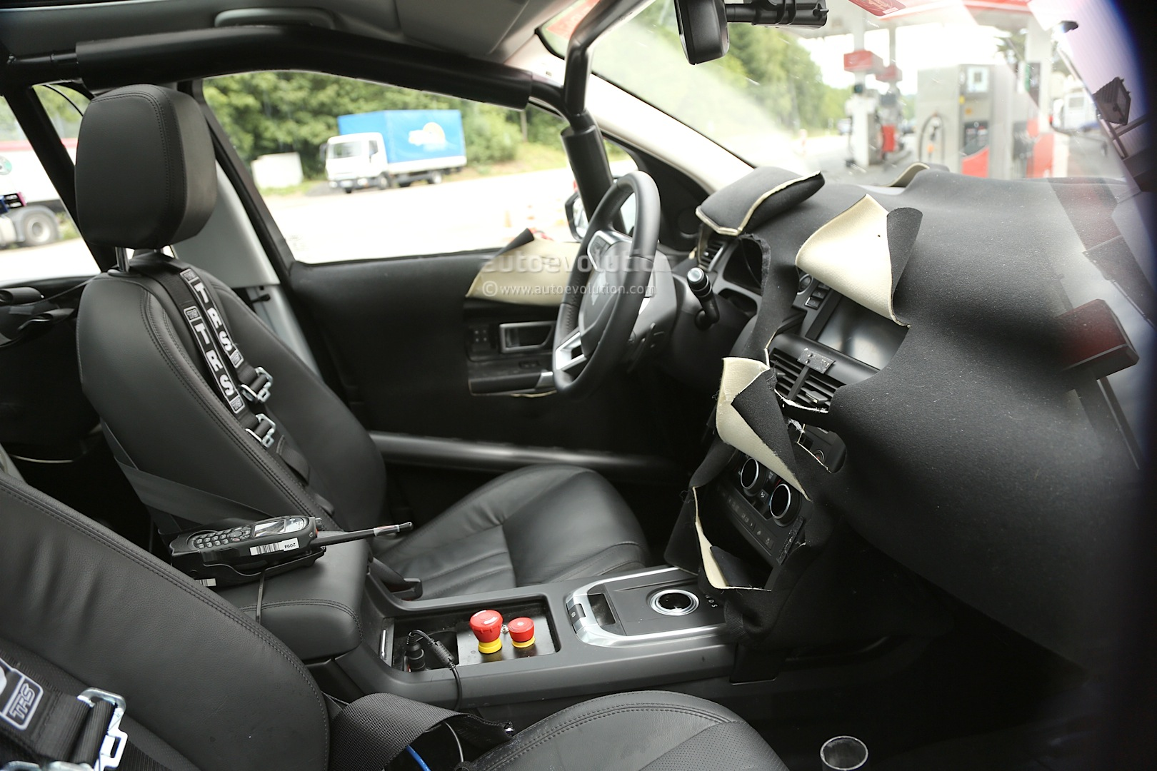 spyshots 2015 land rover discovery sport interior. Black Bedroom Furniture Sets. Home Design Ideas