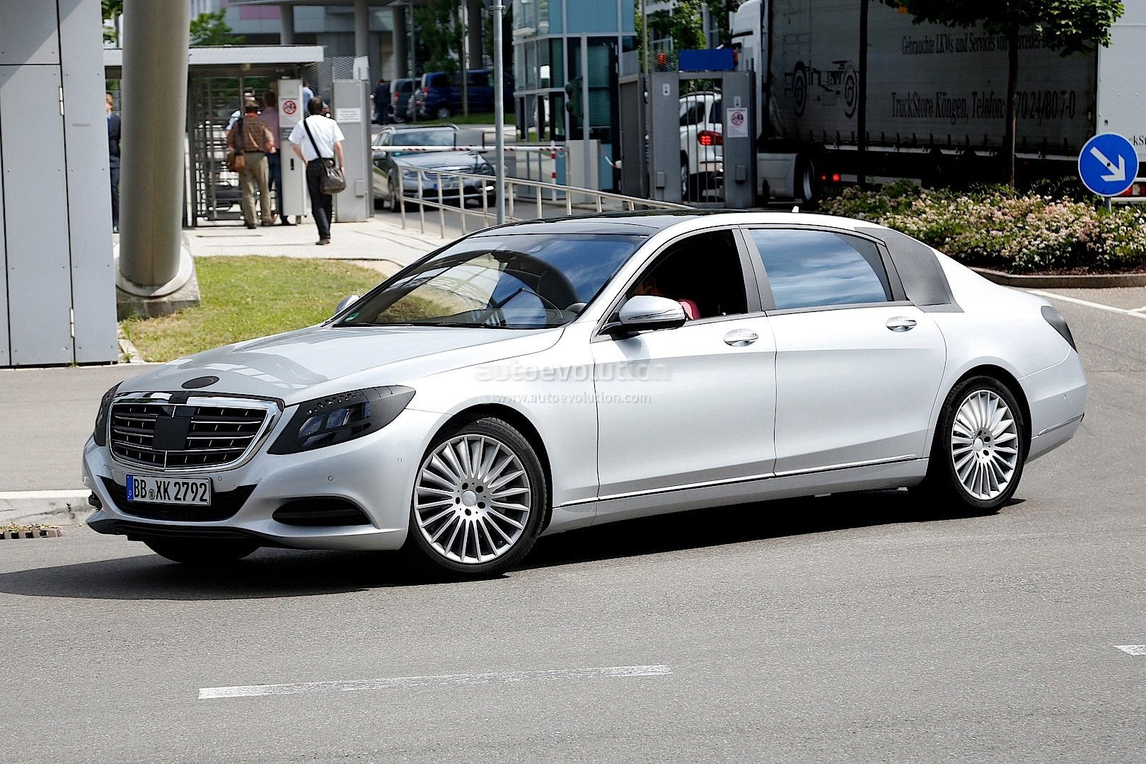 Spyshots 2015 mercedes s600 pullman with minimal camo for Mercedes benz s600 2015