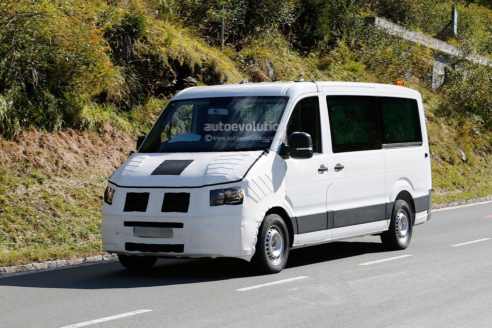 spyshots: 2016 / 2017 volkswagen crafter takes after the t6