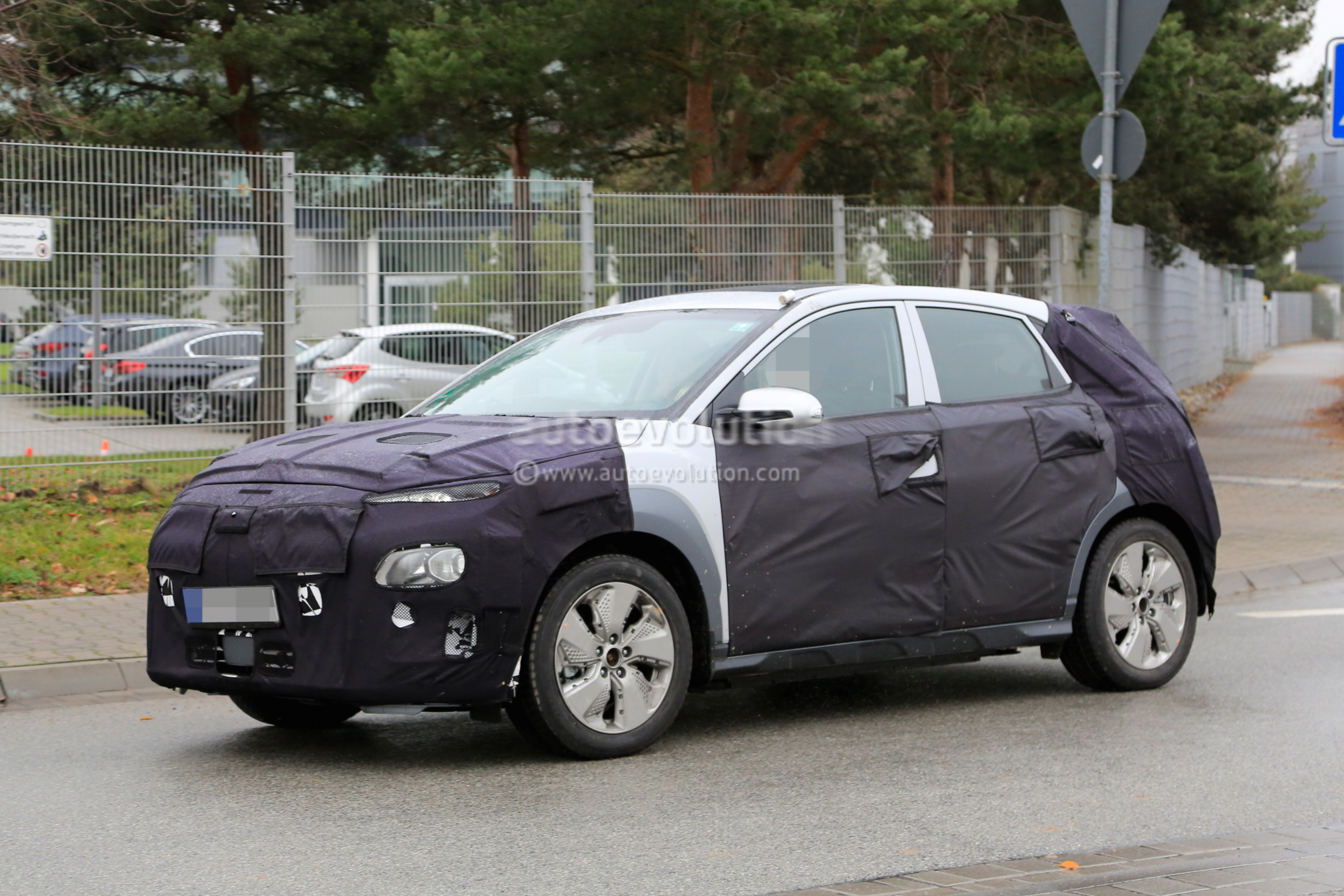 spyshots 2018 hyundai kona electric suv caught testing in germany autoevolution. Black Bedroom Furniture Sets. Home Design Ideas