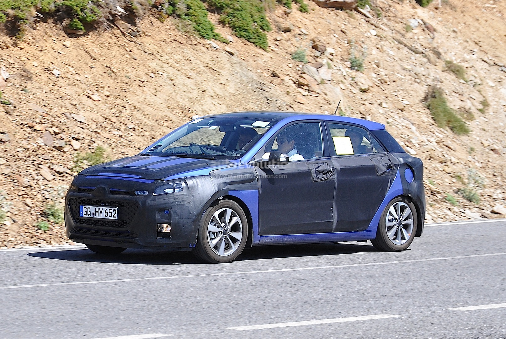 spyshots all new hyundai i20 loses some camo autoevolution. Black Bedroom Furniture Sets. Home Design Ideas