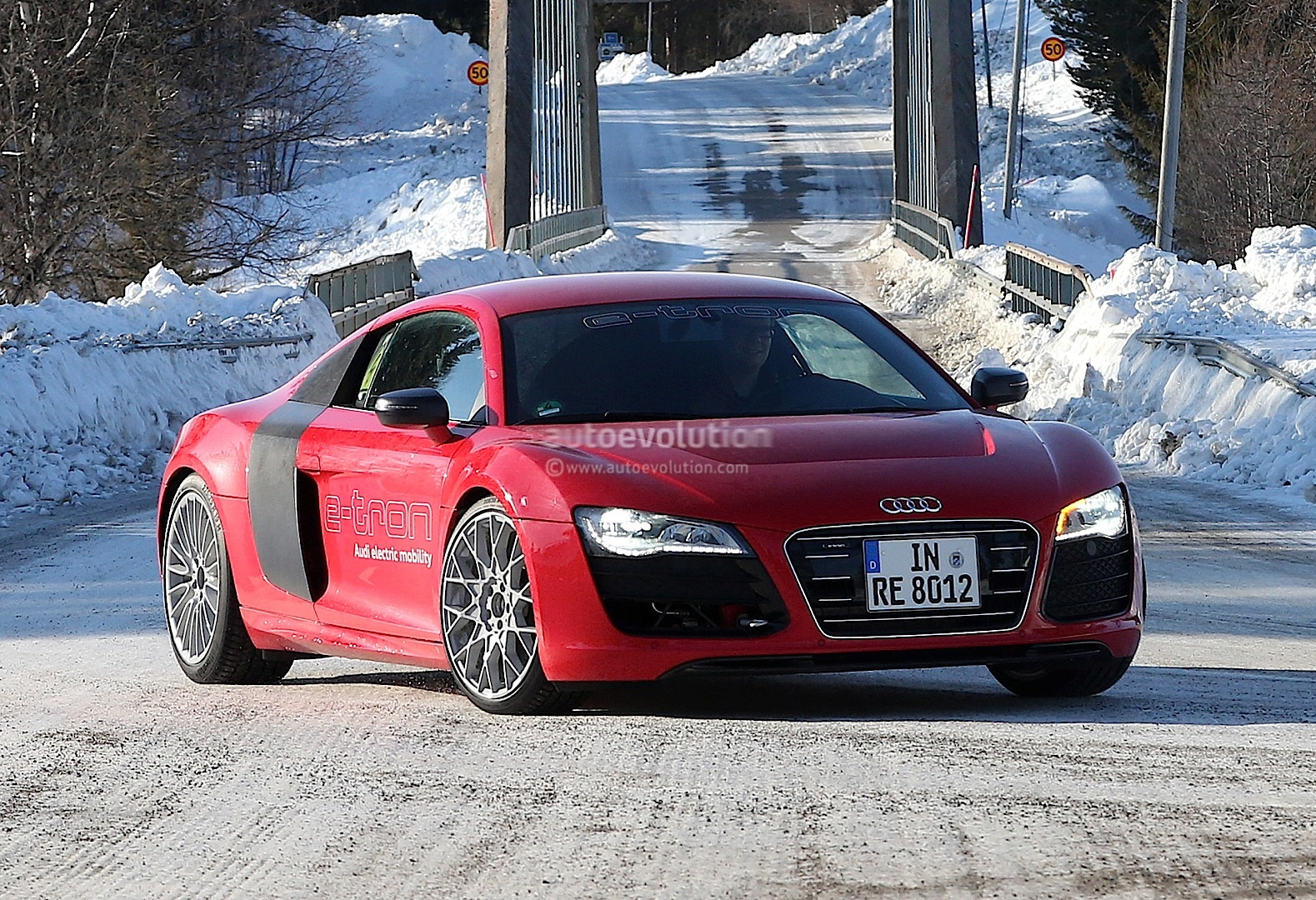 spyshots audi r8 e tron development back on autoevolution. Black Bedroom Furniture Sets. Home Design Ideas