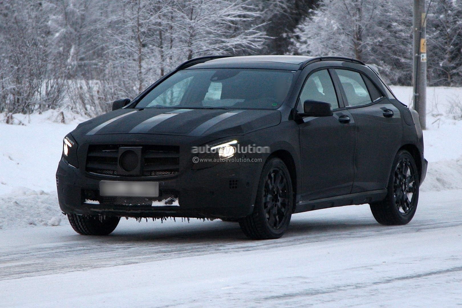 Spyshots mercedes gla crossover winter testing for Mercedes benz cross over