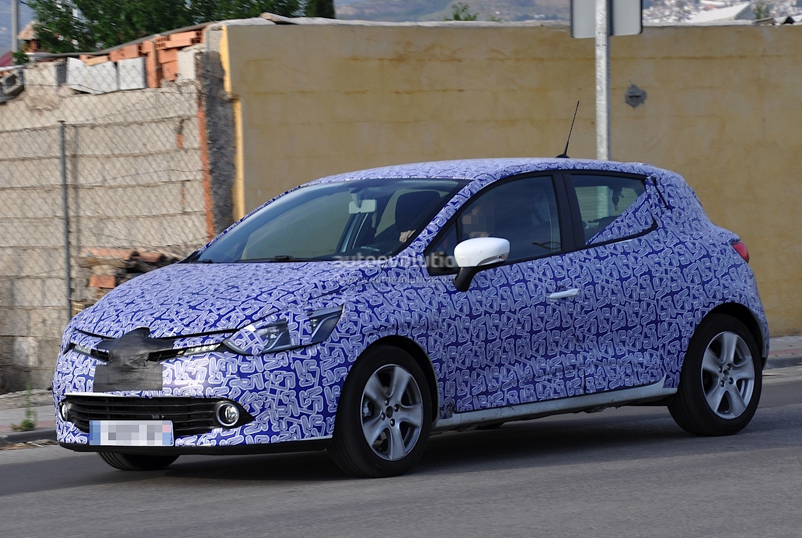 spyshots renault clio 4 coming to paris motor show autoevolution. Black Bedroom Furniture Sets. Home Design Ideas