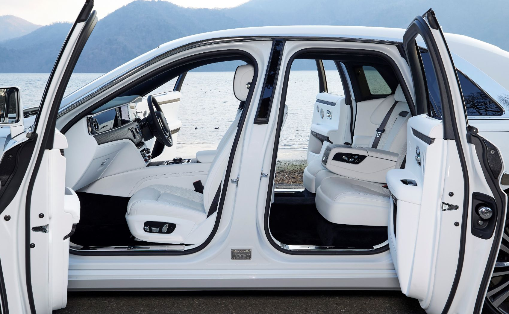Step Inside The Exquisite 2021 Rolls Royce Ghost And Discover Perfection Autoevolution