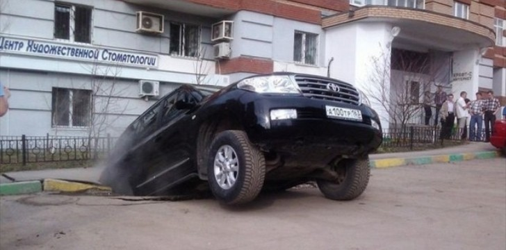 Streets in Russian City of Samara Swallowing Cars! [Photo Gallery]