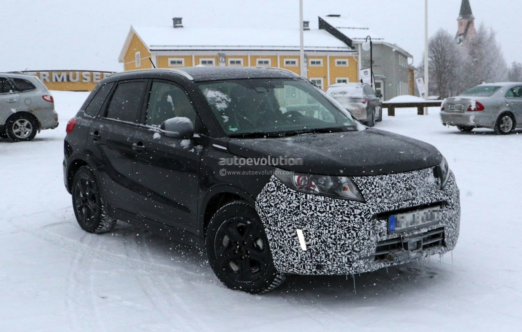 Suzuki spied testing 2018 vitara facelift in the snow for Interieur duster 2018