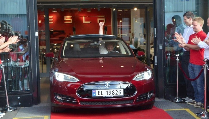 Tesla Delivers First Model S EV in Europe