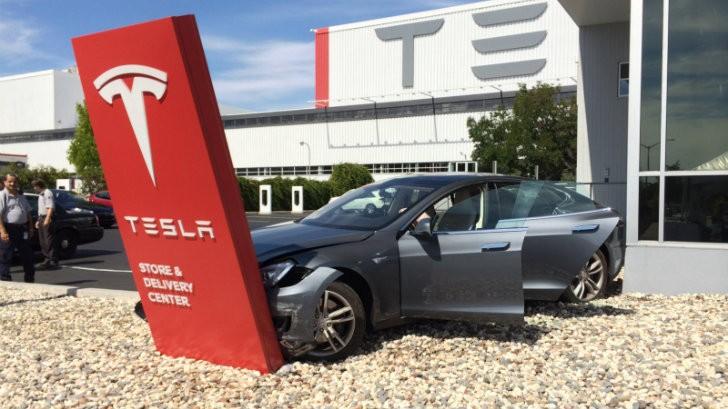 Tesla Model S Crashed Before Leaving Fremont Store