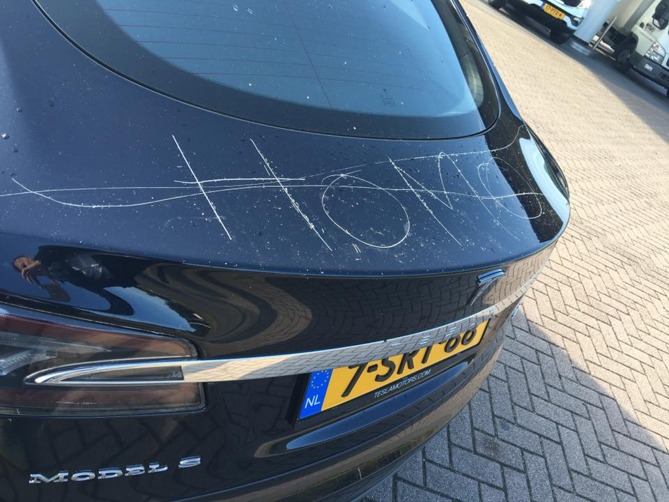 tesla model s gets vandalized in the netherlands keying damage looks really bad autoevolution. Black Bedroom Furniture Sets. Home Design Ideas