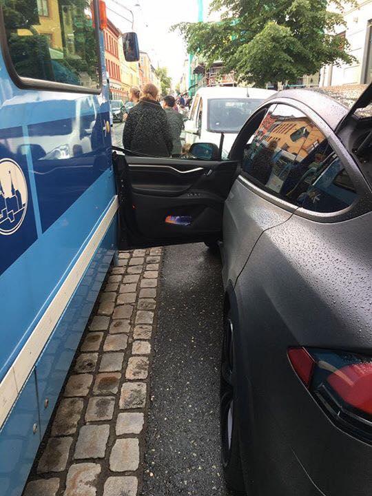 ... Tesla Model X door vs. streetcar ... & Tesla Model X Self-Presenting Door Presents Itself to a Moving ...