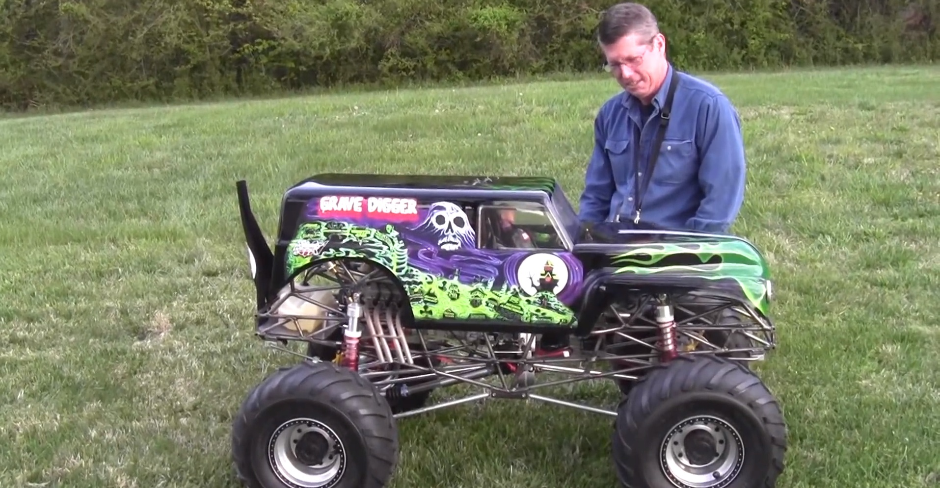 The Coolest 1 4 Scale Monster Truck Ever Complete With Killer V8 Autoevolution