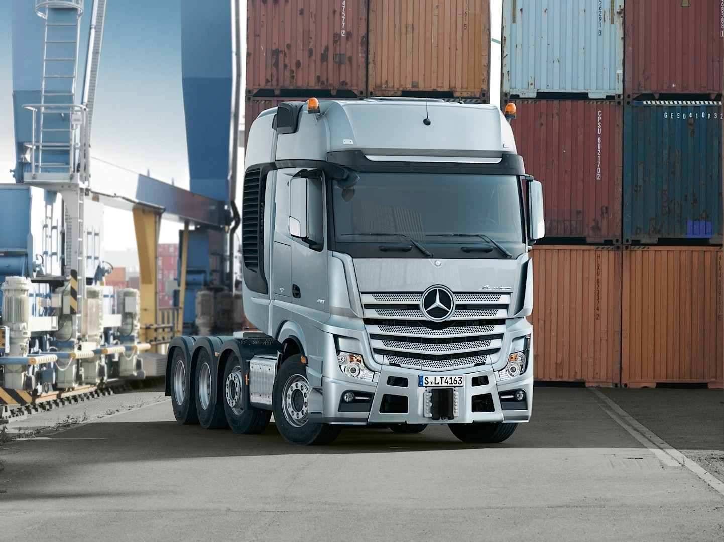 The mercedes benz actros slt can haul 250 tons of anything for Mercedes benz commercial trucks