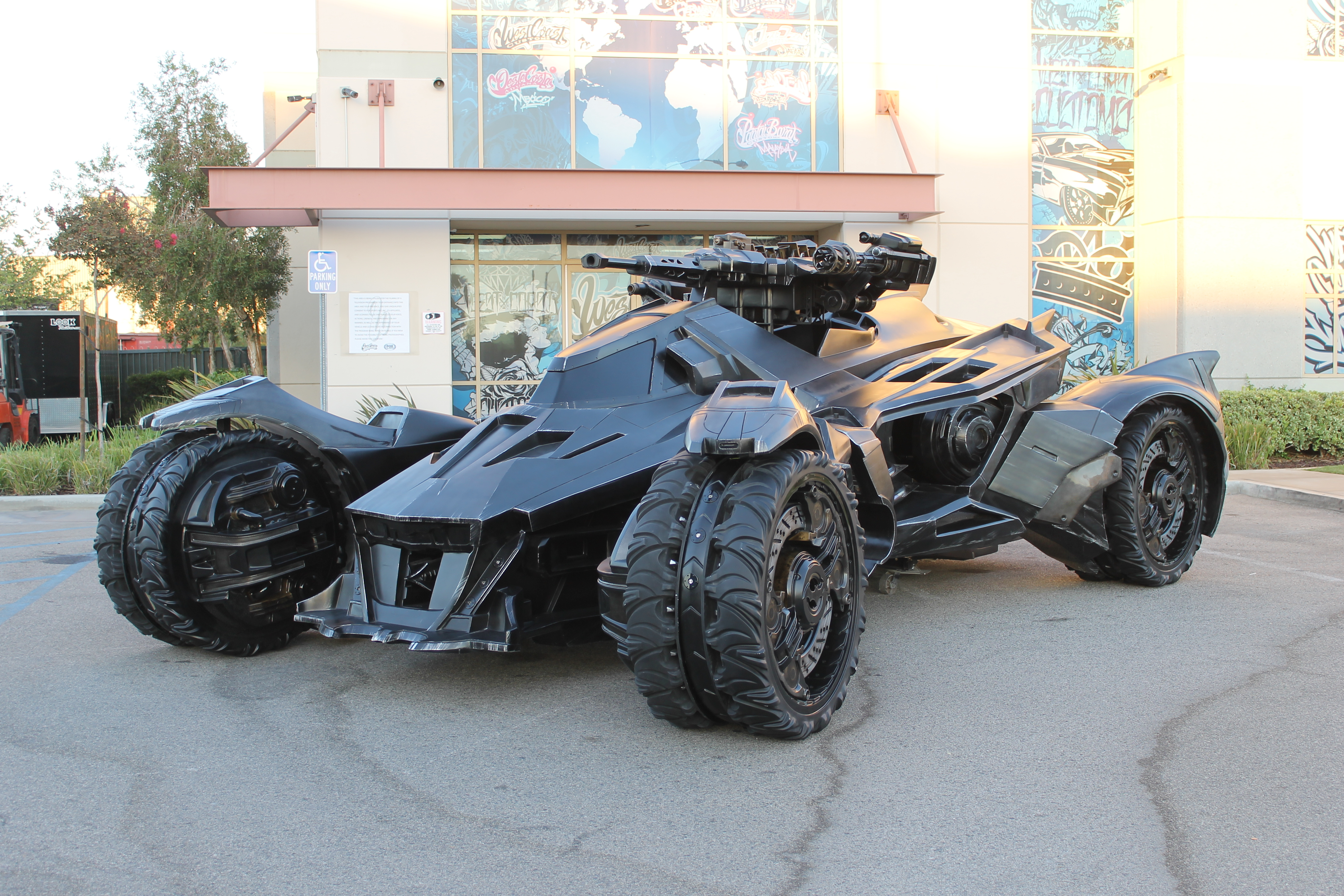 the real life batmobile from batman arkham knight rocks autoevolution. Black Bedroom Furniture Sets. Home Design Ideas