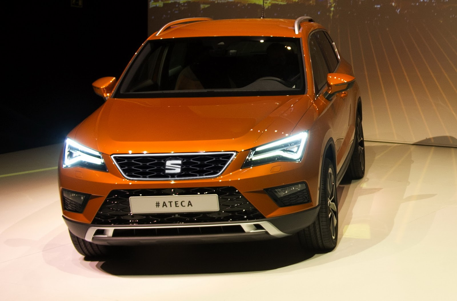 the seat ateca suv debuts with led lights and up to 190 hp. Black Bedroom Furniture Sets. Home Design Ideas