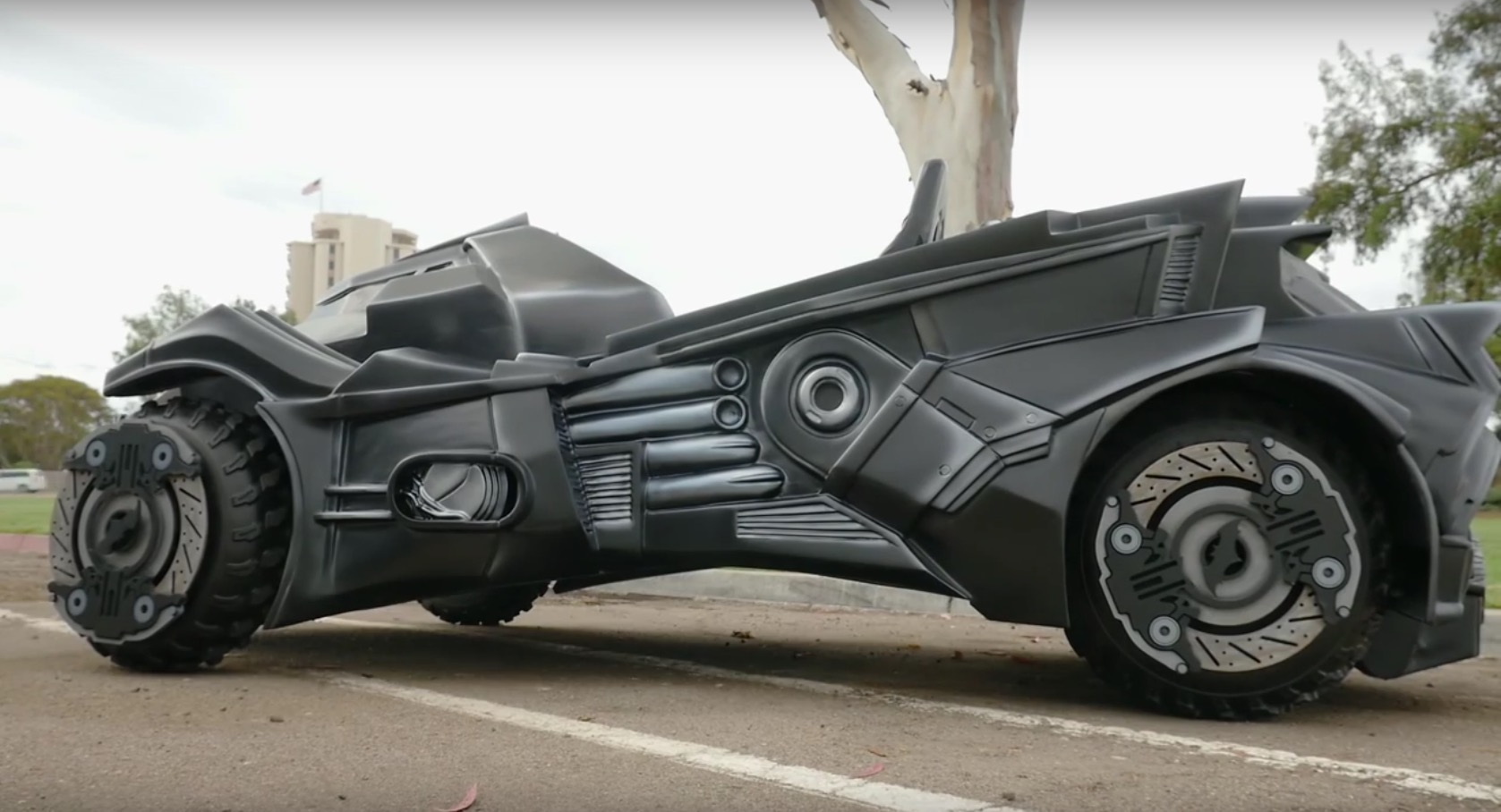 This batmobile from batman arkham knight was built on a - Badmobel real ...