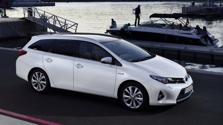Toyota Auris Hybrid Touring Sports Gets a Five-Point Inspection from AutoGuide