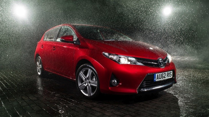 Toyota Auris Plays in the Rain