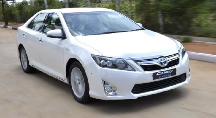 Toyota Camry Hybrid Reviewed by Autocar India
