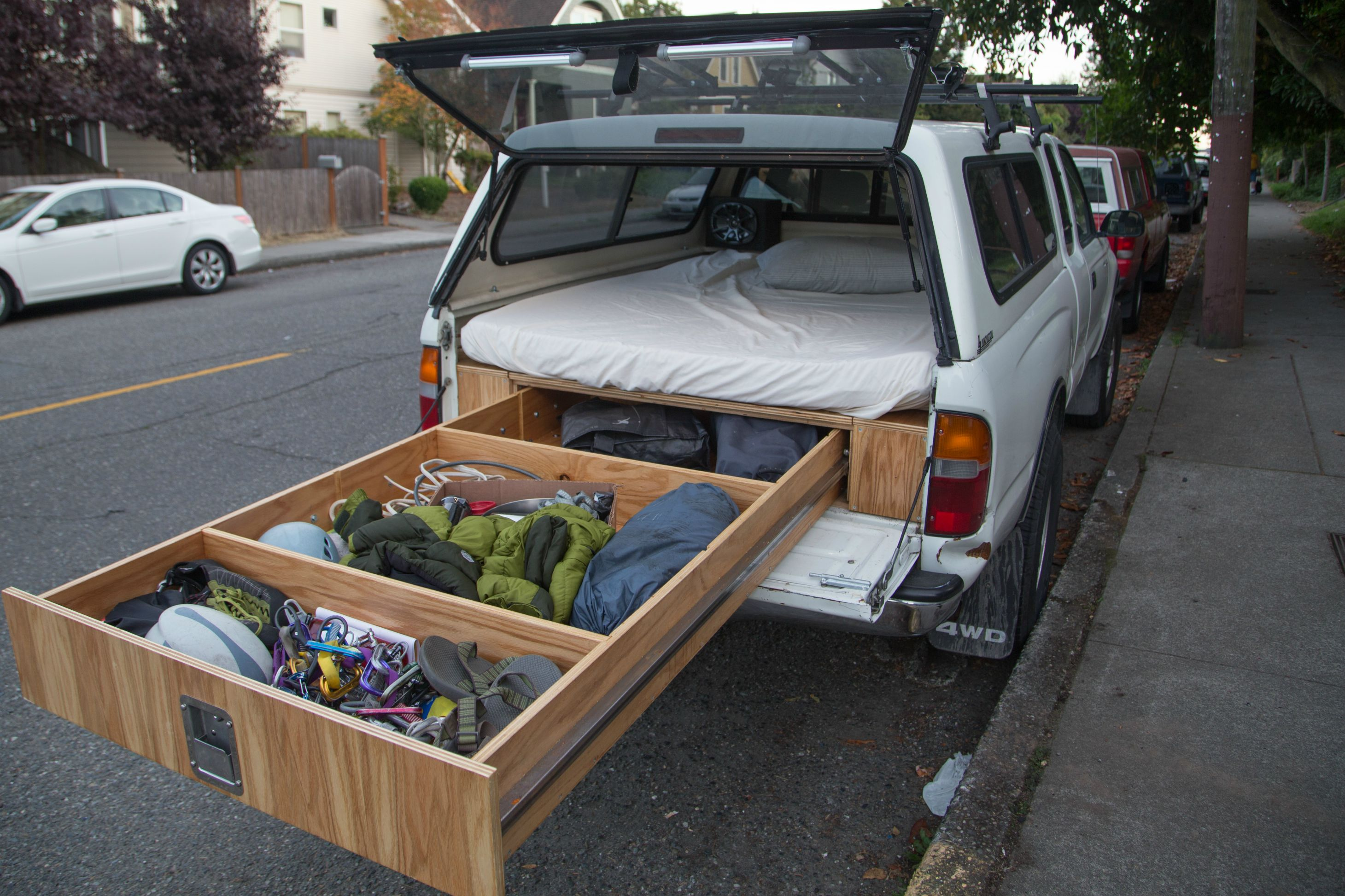 Toyota tacoma owner turns his car into a handmade rv - Fabriquer tiroir coulissant ...