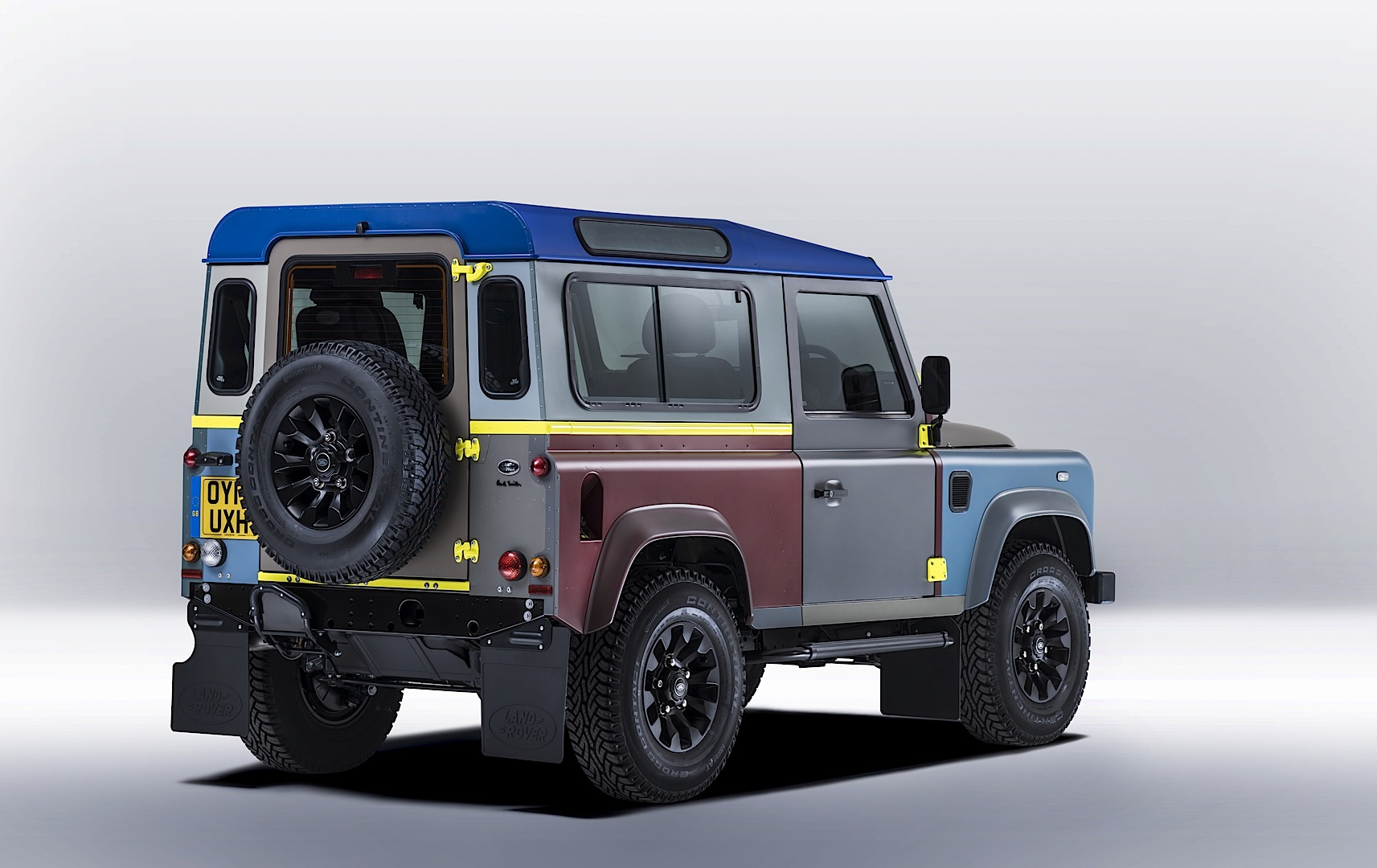unique land rover defender by paul smith is a fashionable 4x4 autoevolution. Black Bedroom Furniture Sets. Home Design Ideas