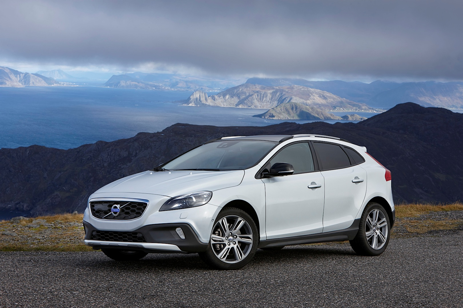 volvo v40 cross county gets new t5 awd engine 2 liter turbo with 245 hp autoevolution. Black Bedroom Furniture Sets. Home Design Ideas