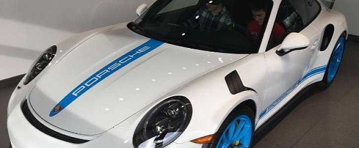 Update White Porsche 911 Gt3 Rs With Mexico Blue Wheels And Stripes Is Stunning Autoevolution