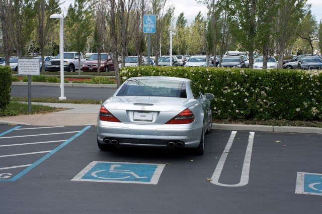 """Mercedes SL 55 AMG zaparkované typicky """"na Steva Jobsa"""" - svetapple.sk"""