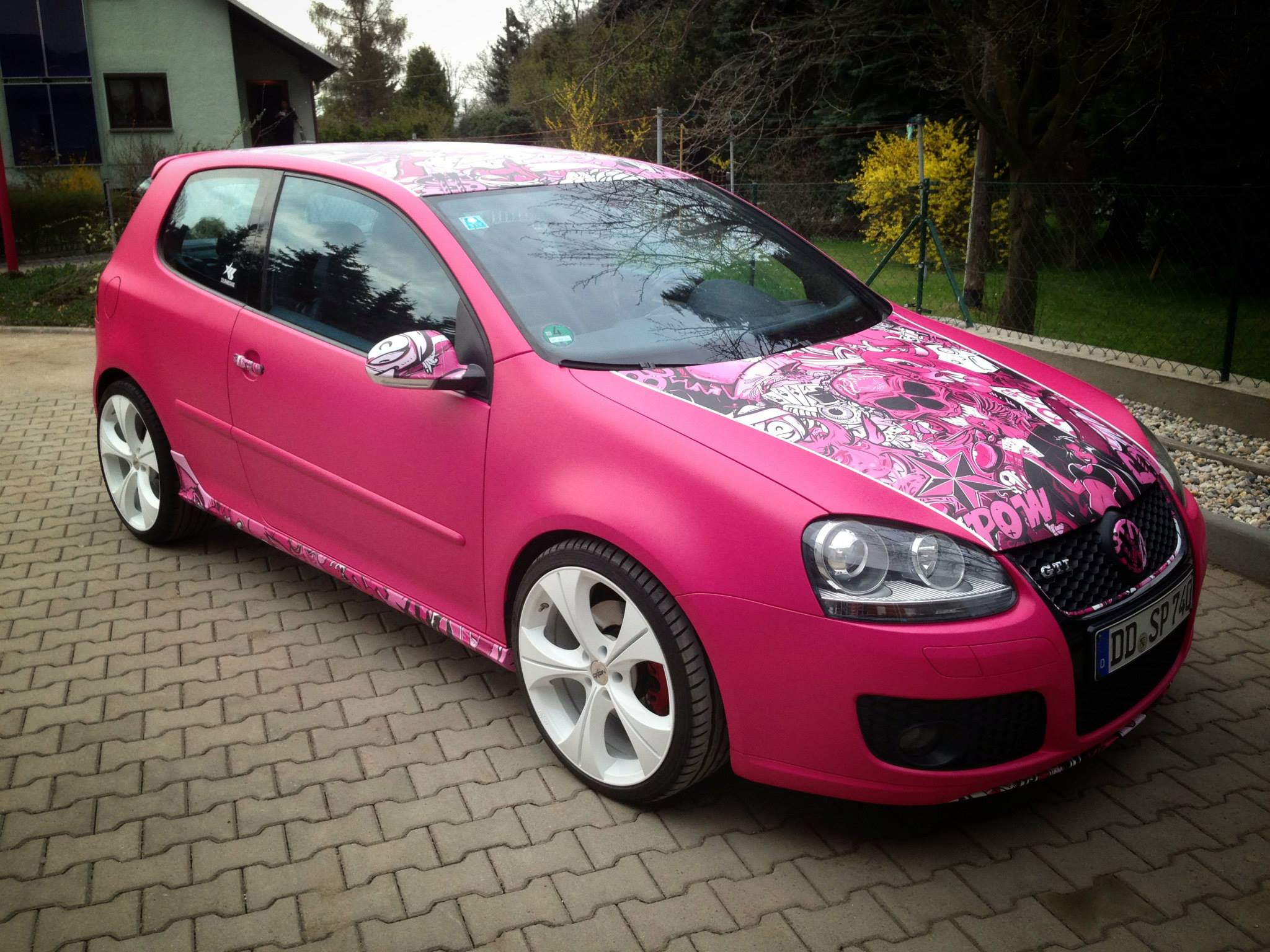 yes this is a pink vw golf gti autoevolution. Black Bedroom Furniture Sets. Home Design Ideas