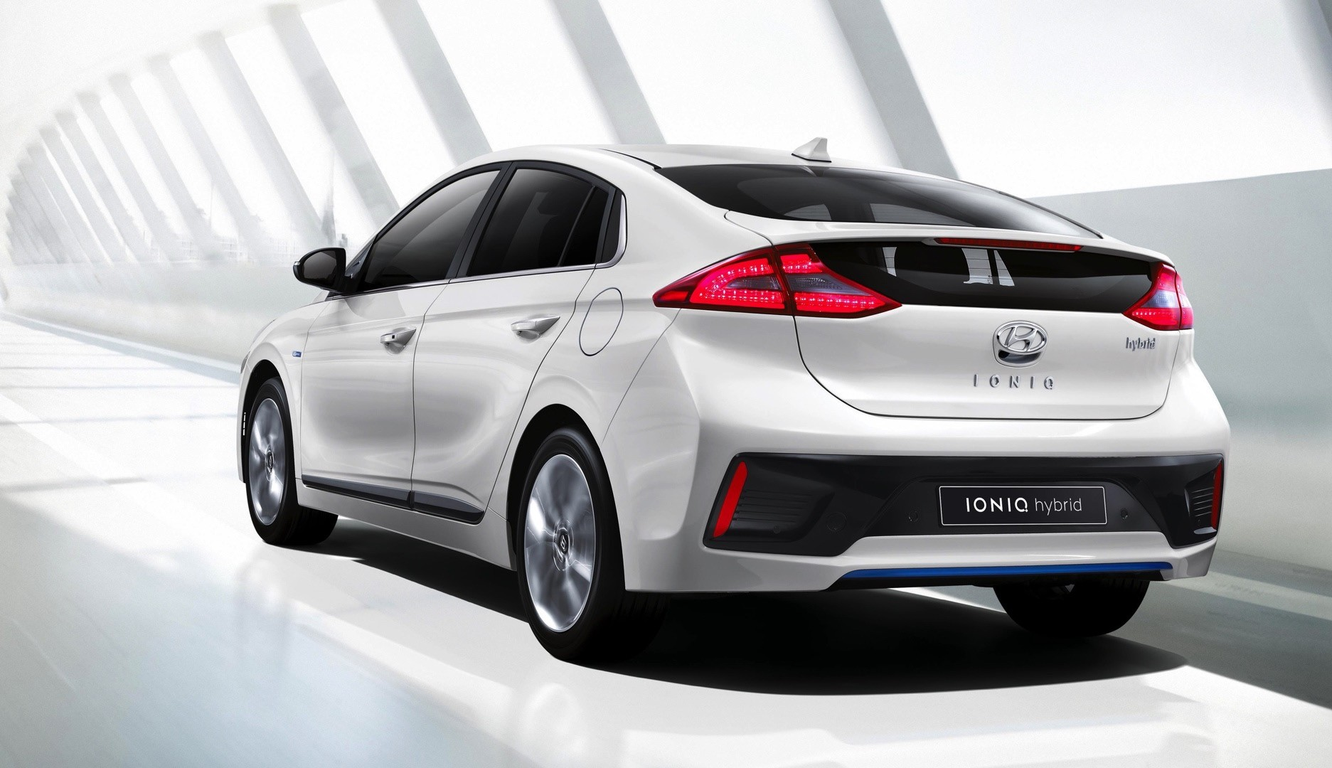 2017 hyundai ioniq hybrid review autoevolution. Black Bedroom Furniture Sets. Home Design Ideas