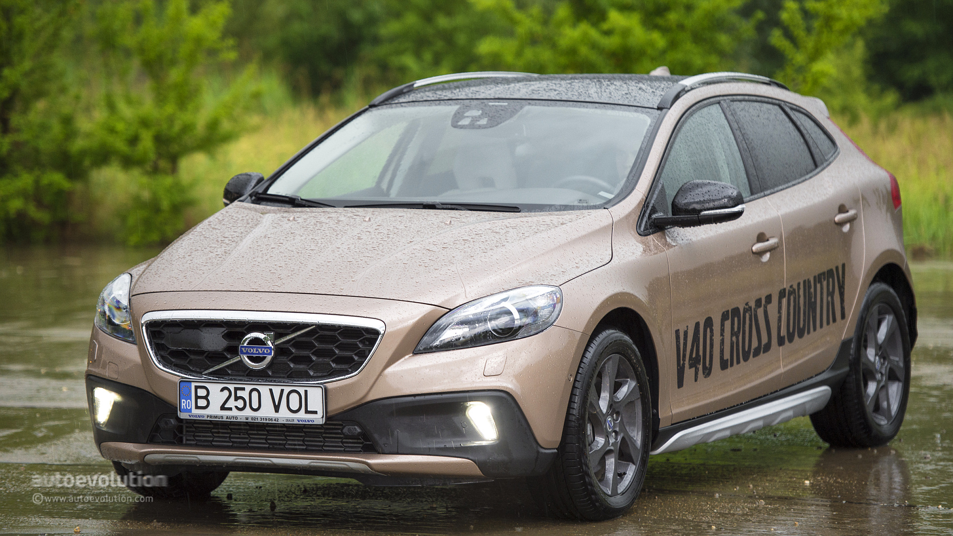 volvo v40 cross country review autoevolution. Black Bedroom Furniture Sets. Home Design Ideas