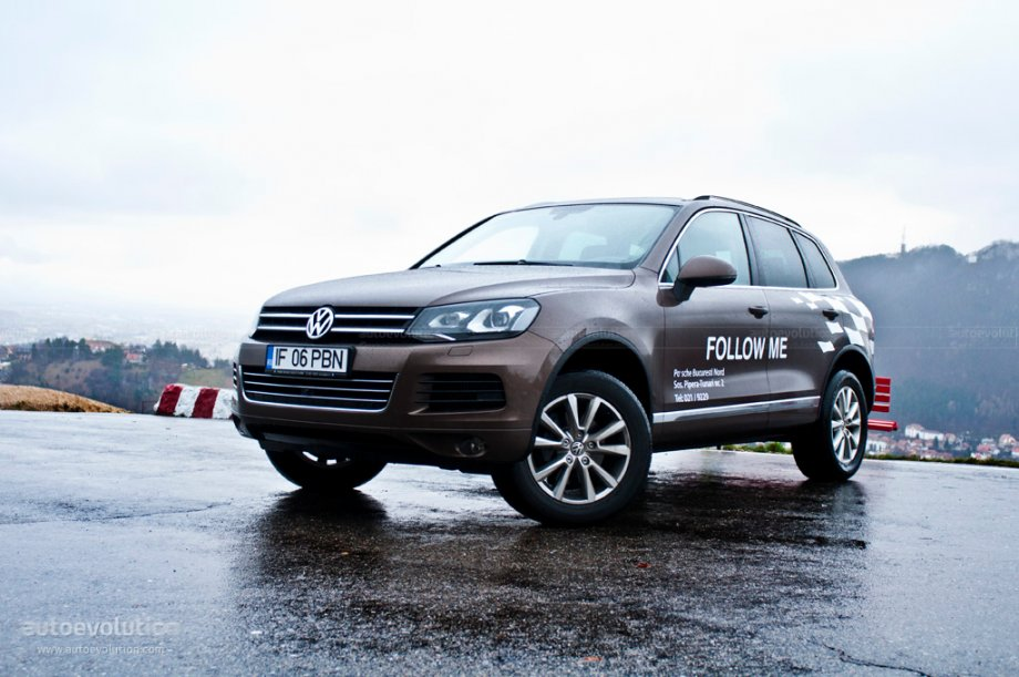 2010 Volkswagen Touareg three quarters front view