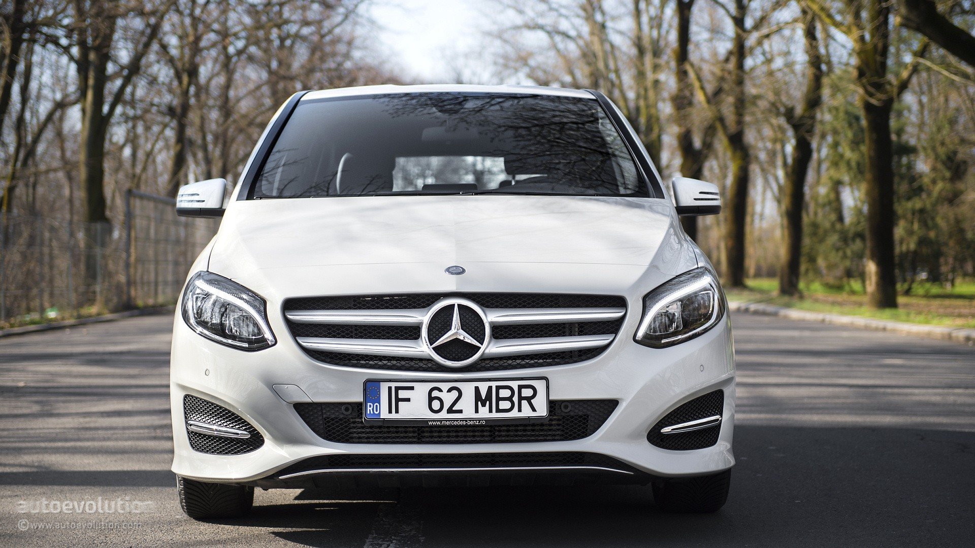 2015 mercedes benz b class review autoevolution for Mercedes benz bclass