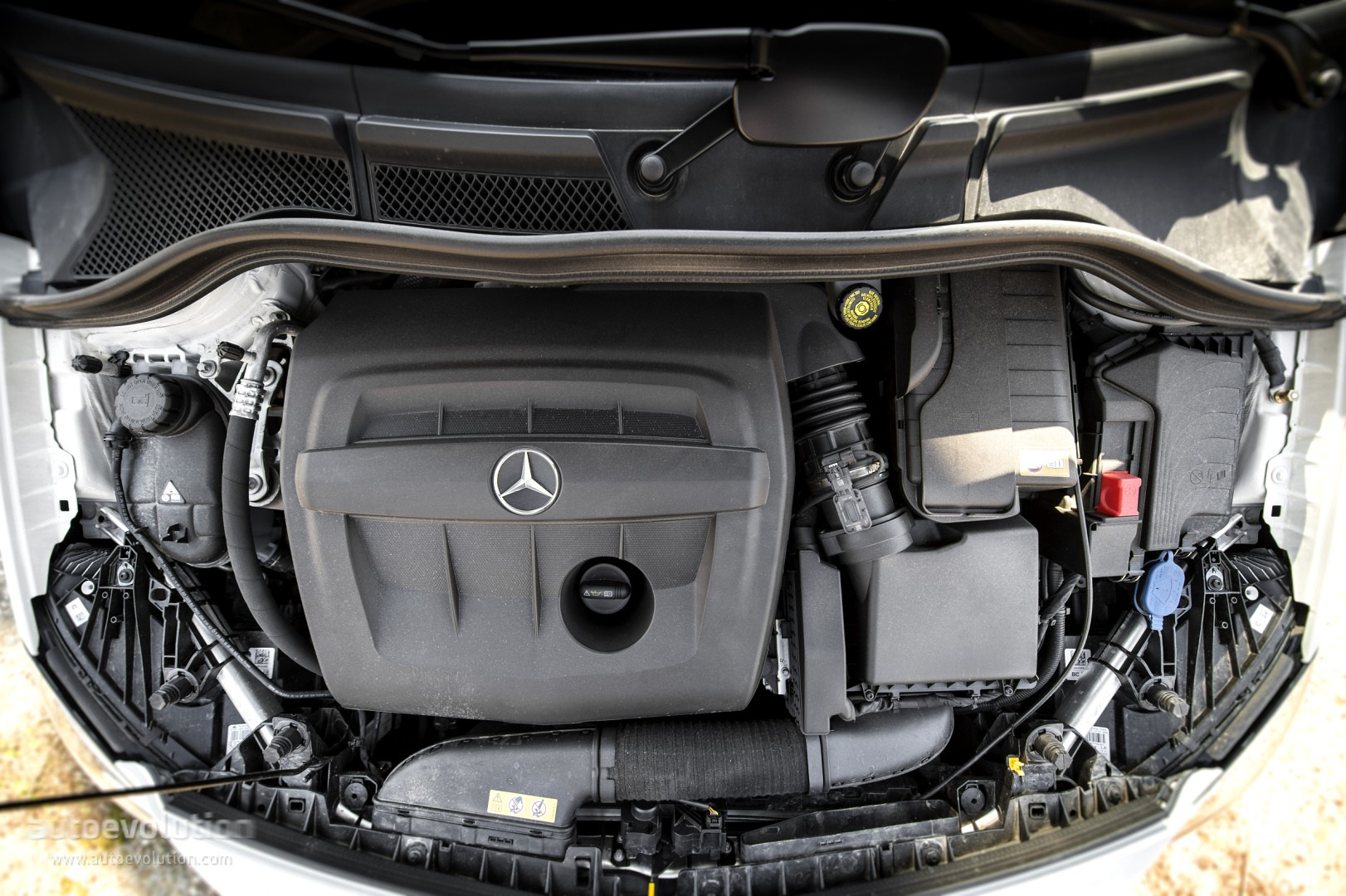 2015 mercedes benz b class review autoevolution for Mercedes benz racing parts