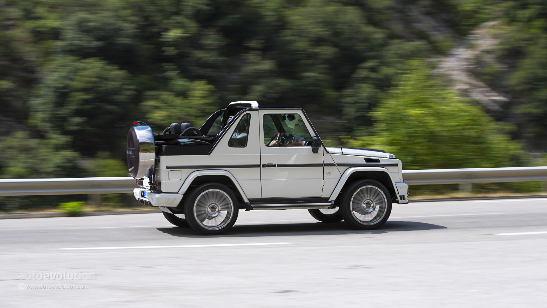 Mercedes benz g500 cabriolet review autoevolution for Who owns mercedes benz now