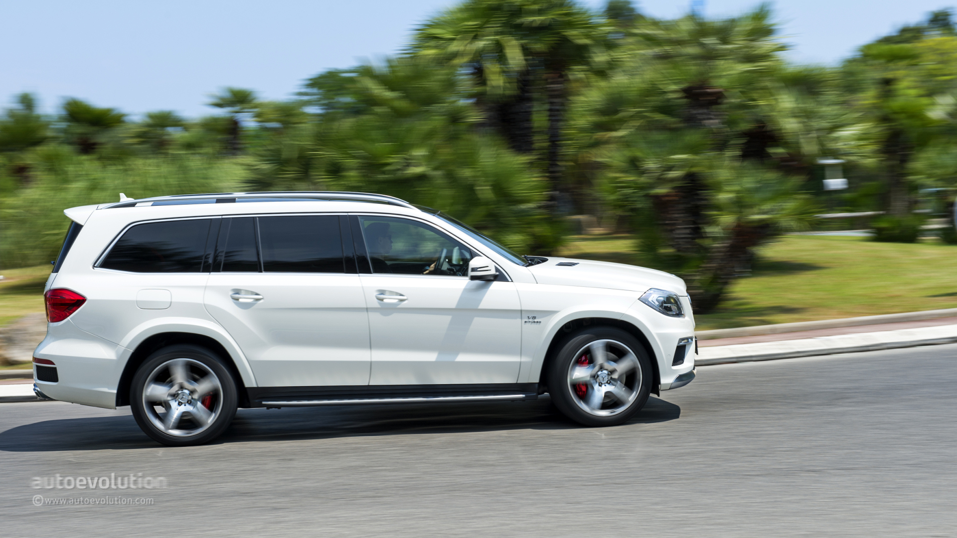 Mercedes benz gl63 amg review autoevolution for Mercedes benz gls amg