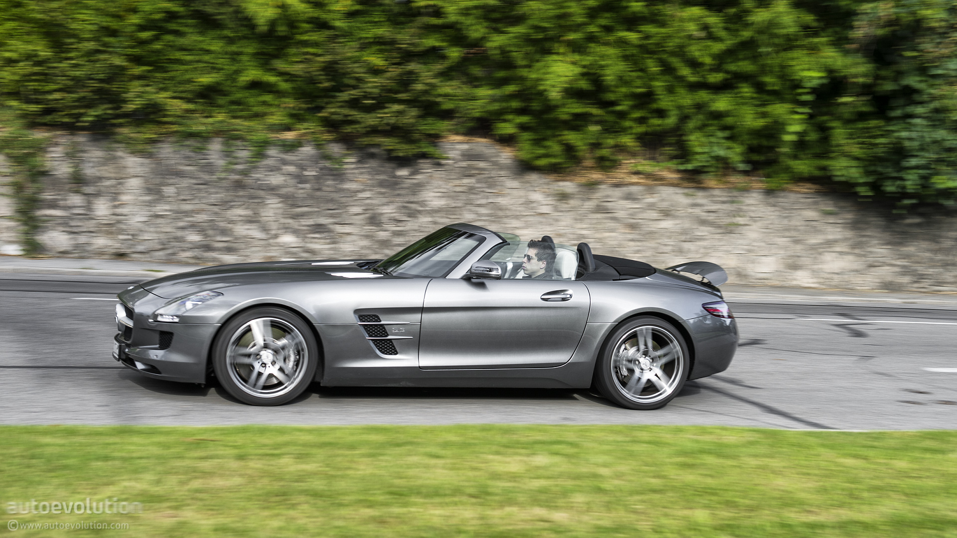 Mercedes benz sls amg roadster review autoevolution for Silverlit mercedes benz sls amg