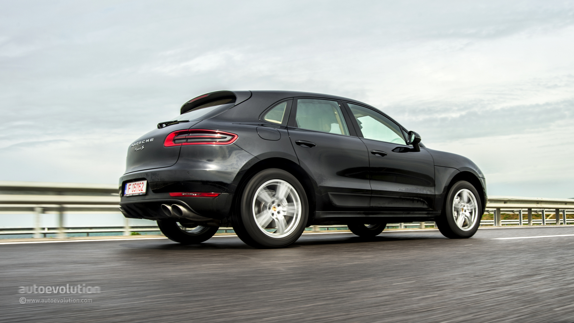 porsche macan s review page 2 autoevolution. Black Bedroom Furniture Sets. Home Design Ideas