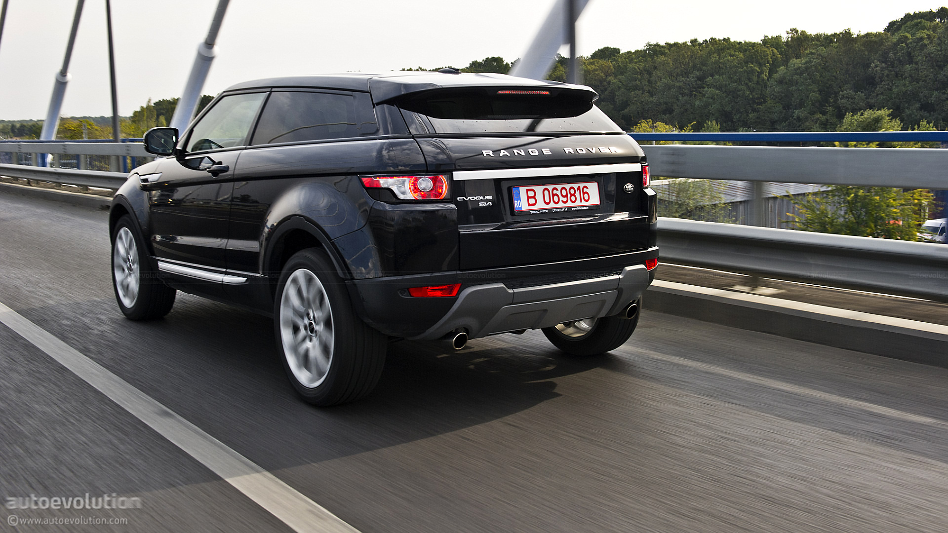 range rover evoque coupe review autoevolution. Black Bedroom Furniture Sets. Home Design Ideas