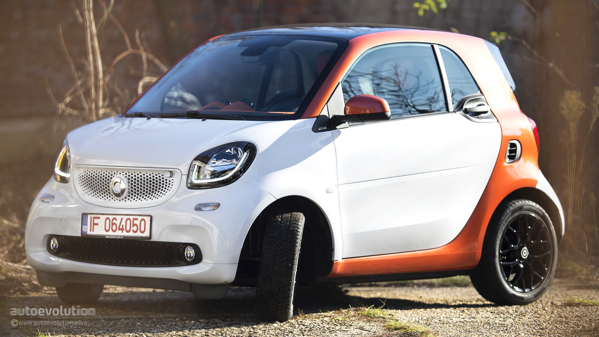 why the 2015 smart fortwo is cuter than the toyota iq autoevolution. Black Bedroom Furniture Sets. Home Design Ideas