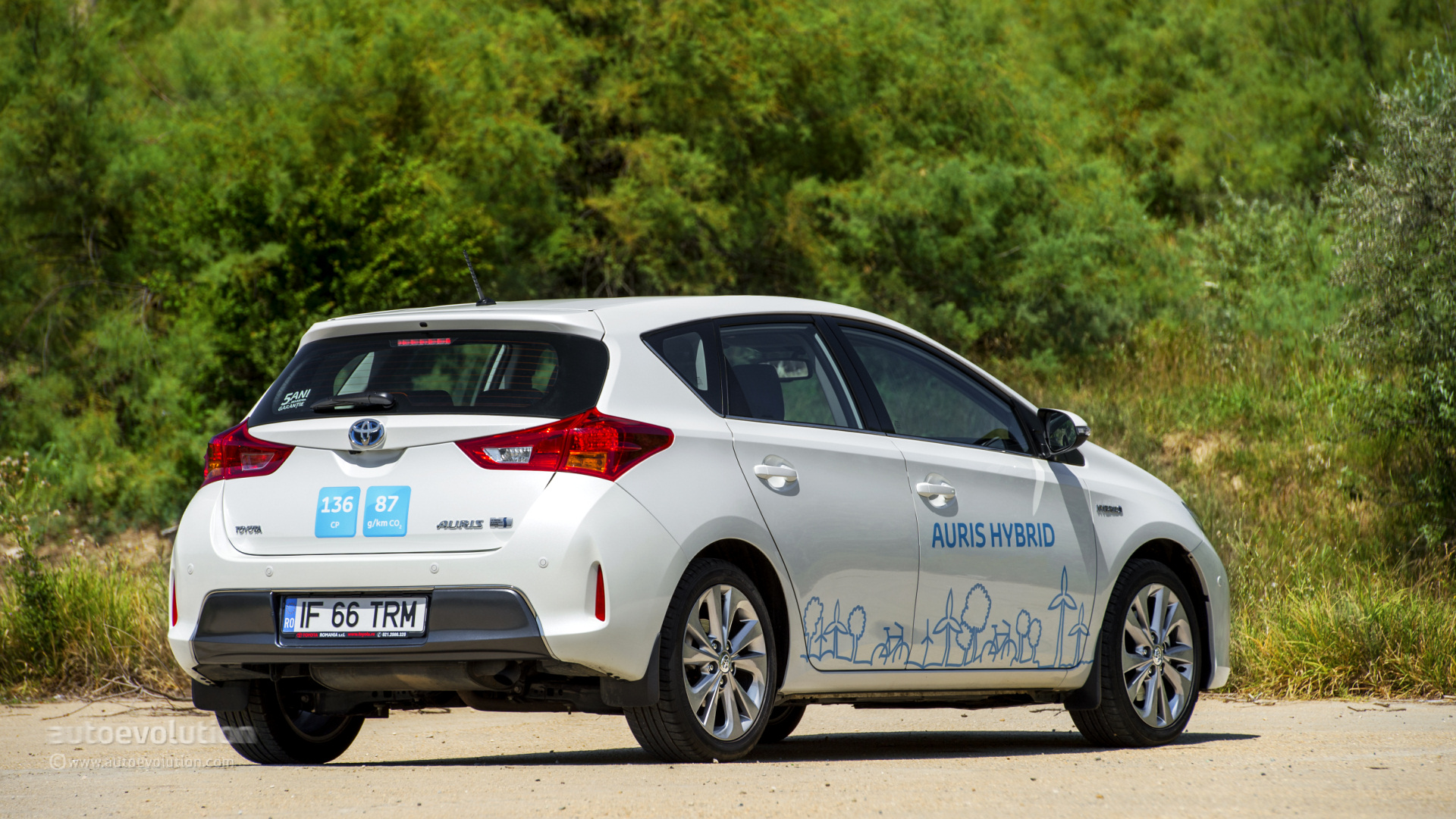 toyota auris hybrid review autoevolution. Black Bedroom Furniture Sets. Home Design Ideas