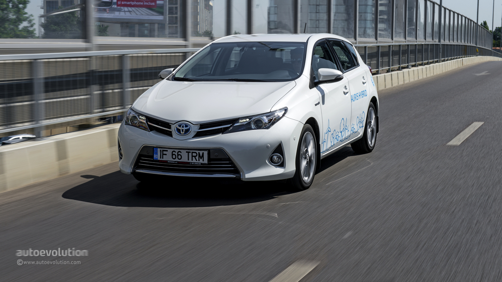 TOYOTA Auris Hybrid Review  autoevolution