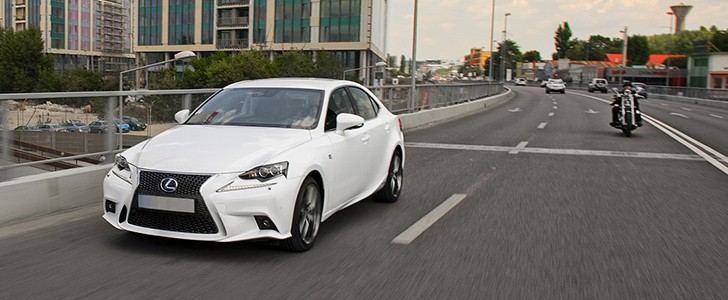 LEXUS IS 300h F Sport - In the city