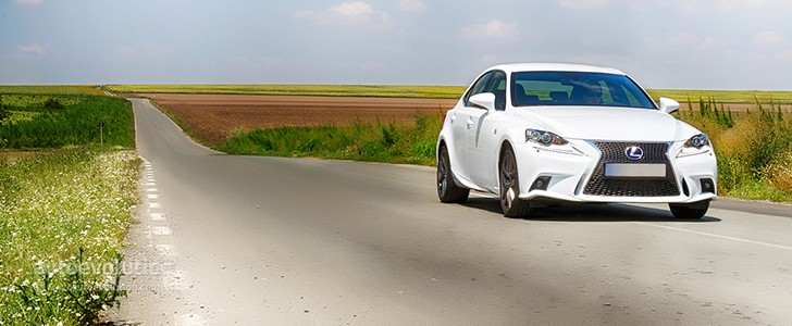 LEXUS IS 300h F Sport - Open road